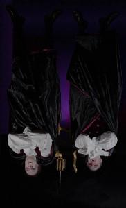 Der Faschingspräse und sein Vorstandskollege hängen kopfüber in den Seilen