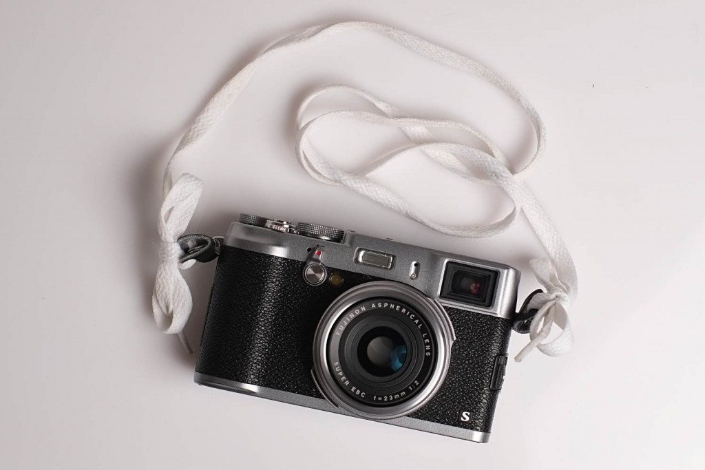 Auch eine Möglichkeit, einen Kameragurt zu befestigen – wenn auch nicht die beste (c)2015 Thomas Hümmler – München · Grafing