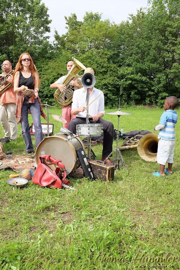 Die Express Brass Band tritt in unterschiedlichen Besetzungen auf. Dieses Foto zeigt sie in einer Flüchtlingsunterkunft in München-Englschalking - (c)2015 Thomas Hümmler – München · Grafing