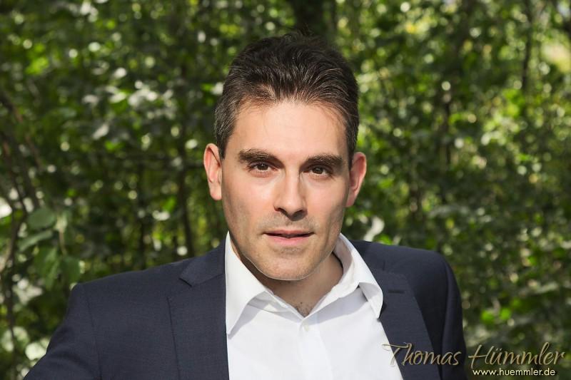 Zurückgelehnt mit den Ellbogen auf der Lehne der Parkbank: Lässige Haltung, die Knowhow, Energie und Durchsetzungskraft vermittelt - (c)2015 Thomas Hümmler – München · Grafing